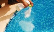 Можно ли и как правильно засыпать соль в бассейн, чтобы не цвела вода?