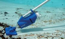 Практично и просто: как убрать грязь со дна бассейна?