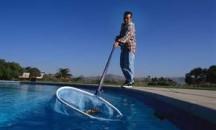 Советы по поддержанию чистоты: как собрать мусор со дна бассейна и с верхних слоев воды?