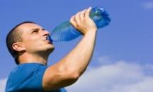 Каким способом надо пить воду: стоя или сидя и на что это влияет?