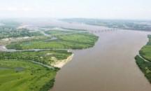 Какова ширина реки Амур, какие факторы влияют на ее непостоянство?