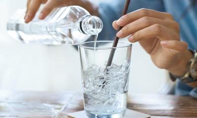 Пить газированную воду вместо обычной каждый день, вредно ли это и можно ли так делать кормящей маме