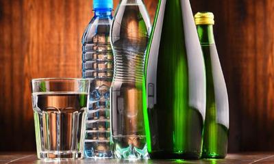 Чем отличается минеральная вода от артезианской