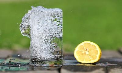 Как правильно пить воду по утрам натощак