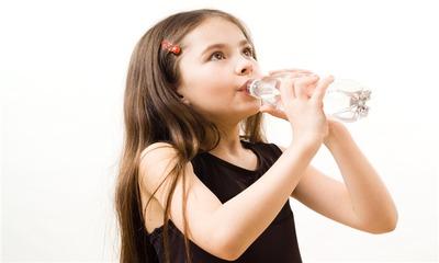 Ребенок пьет воду во время еды